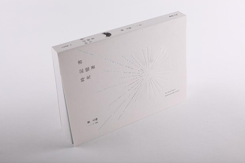 以浮雕暗喻如飛梭的時光機器,銀箔放射的光芒則是時光具體意象(攝影/無相生)