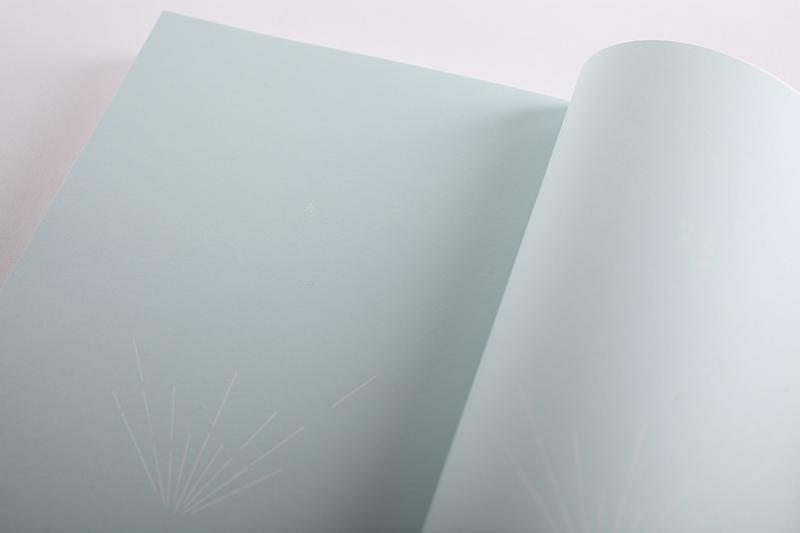 蝴蝶頁印上淺藍色的浮水印,同樣有封面的放射的光芒圖樣(攝影/無相生)