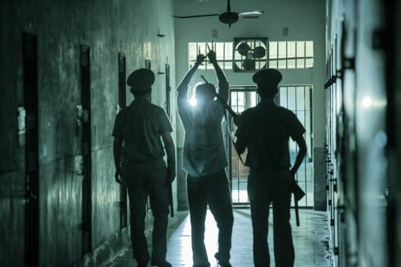 被捕的許明強被槍斃之前高舉雙手,左手比2右手比1,代表「二條一」,即《懲治叛亂條例》第二條第一項,觸犯此法,唯一死刑()
