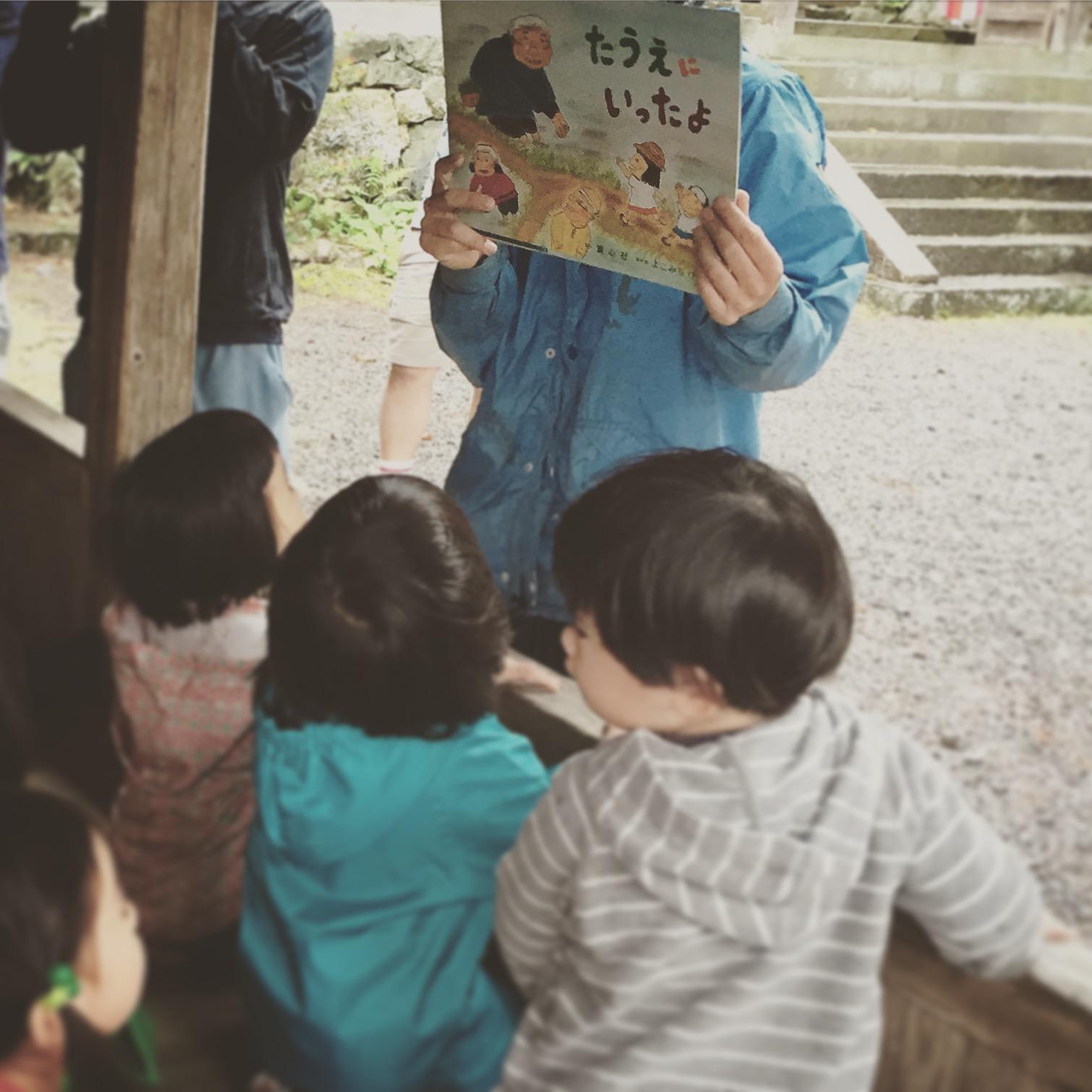 去種田的這一天,老師還帶來了「種田去」的繪本故事書在現場說給小朋友聽。