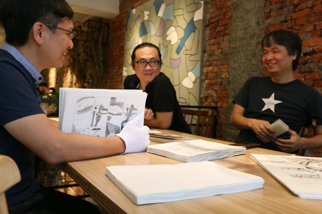左起:小說家吳明益與漫畫家阮光民、小莊。(照片提供 / 新經典文化)
